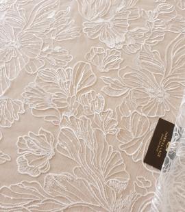 Ziloņkaula ziedu izšuvumi ar fliteriem uz tilla auduma