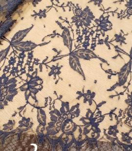Zila ar Miesas krāsas tilla pamatu Chantilly Mežģīne