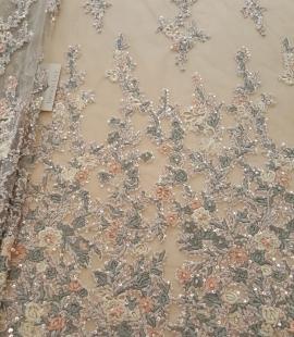 Daudzkrāsains izšuvums ar pērlīttēm un fliteriem uz tilla