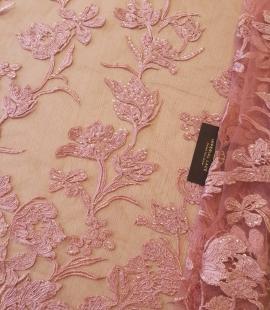 Aveņu rozā ziedu raksta izšuvums ar fliteriem uz mīksta tilla auduma