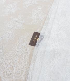 Piena balta ziedu raksta chantilly mežģīņu audums