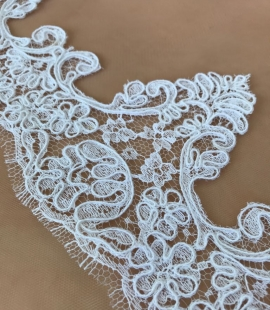 Balta kāzu mežģīnes maliņa