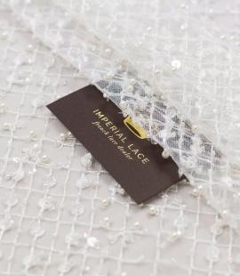 Piena balts pērļots tīkla raksts uz tilla auduma