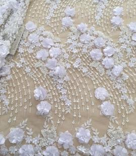 Balta 3D ziedu raksta izšuvums uz tilla auduma