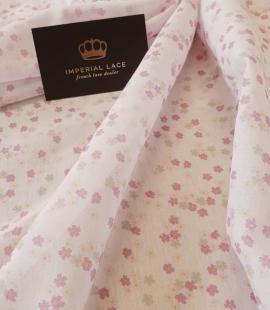 Gaiši rozā ziedu raksta plāns batists audums