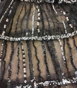 Melns volāns tills ar pērlītēm