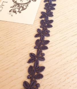 Tumši zila macrame mežģīnes maliņa ar ziedu rakstu