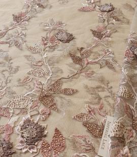 Veci rozā ziedu biezs izšuvums ar plāno mežģīni uz tilla