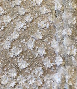 Pienbalts 3D pērļots izšuvums uz tilla audums