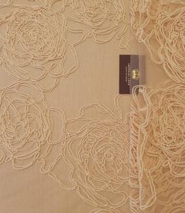 Gaišs persika krāsas lielas ziedu raksta bieza diega izšuvums uz tilla auduma