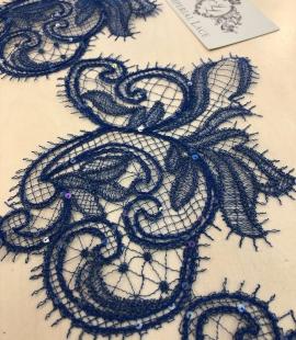 Zilas krāsas macrame mežģīnes maliņa ar fliteriem