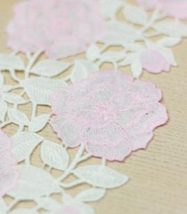 Rozā ar baltu ziedain...