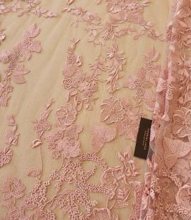 Veci rozā puķains raksts uz tilla auduma