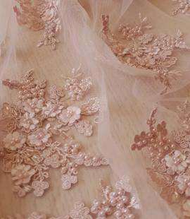 Pūdera rozā 3D izšuvums uz tilla auduma