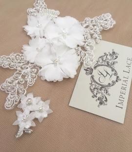 Balta ar pērlēm un 3D auduma ziediem izšūta aplikācija