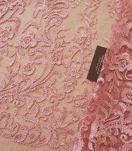 Aveņu rozā ziedu rakstu izšuvumi ar fliteriem uz mīksta tilla auduma