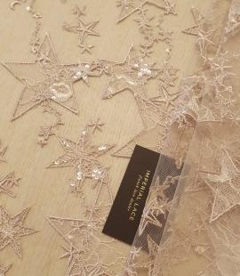Veci rozā zvaigžņu raksts ar chantilly deteļām un fliteriem izšuvums uz tilla auduma