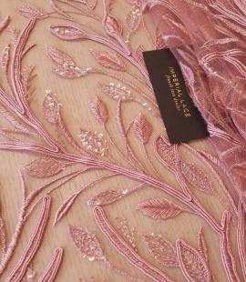 Aveņu rozā lapu rakstu izšuvumi ar fliteriem uz mīksta tilla auduma