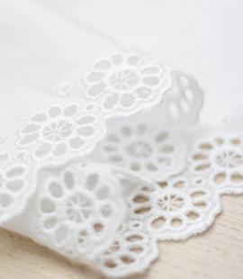 Piena balts ziedu izšuvums uz kokvilnas mežģīņu malas