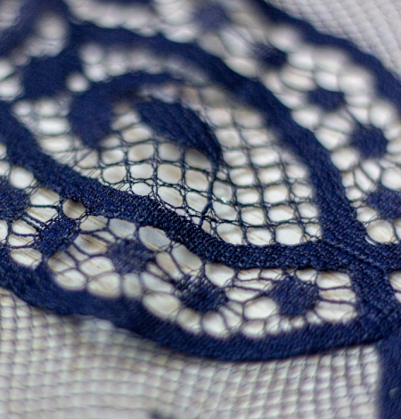 Tumši zila ziedu raksta chantilly mežģīņu audums. Photo 4