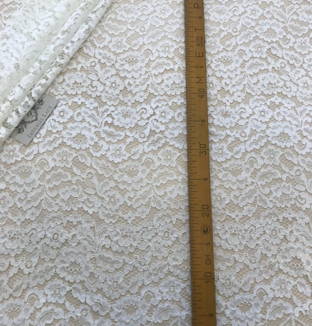 Ivory and offwhite lace fabric. Photo 7