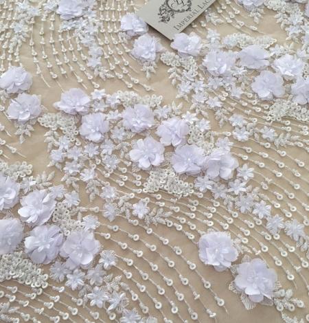 Balta 3D ziedu raksta izšuvums uz tilla auduma. Photo 2