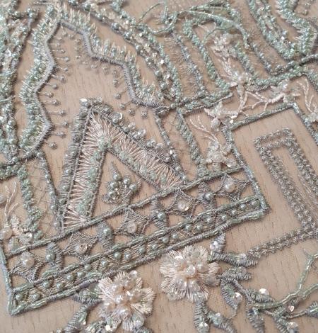 Pelēkzaļš pērļota ar nokarenām deteļām izšuvums uz tilla. Photo 5