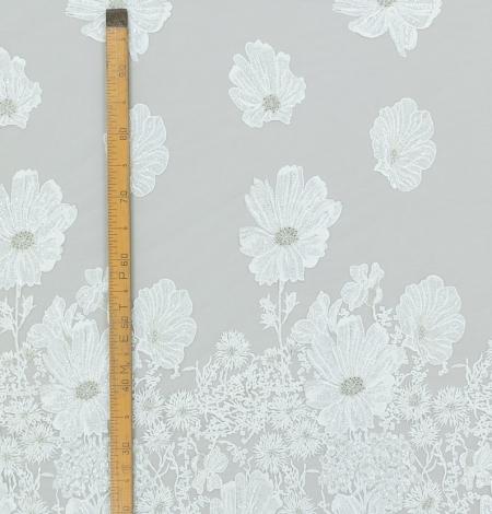 Pienbalta ar sudraba lieliem ziediem izšuvums uz tilla auduma. Photo 8