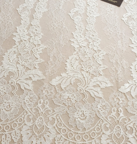 Ivory guipure with chantilly lace fabric. Photo 4