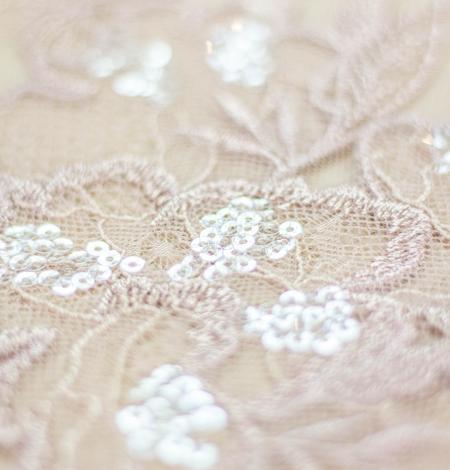 Veci rozā puķains raksta izšuvums ar fliteriem uz tilla auduma. Photo 4