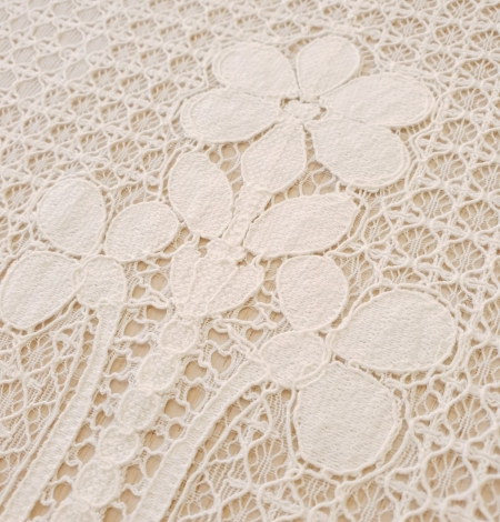Ivory 100% polyester floral guipure lace fabric. Photo 3