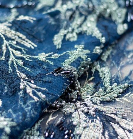 Pelēki bēša izšuvumi uz tumši zila tilla auduma. Photo 4