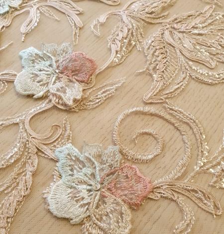 Daudzkrāsaini ziedu 3D izšuvumi uz bēša tilla auduma. Photo 6