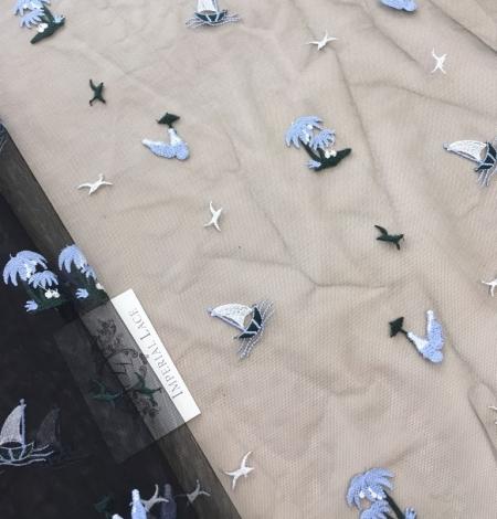Zils un balts figūru izšuvums uz melna tilla auduma. Photo 6