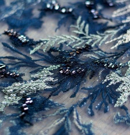 Pelēki bēša izšuvumi uz tumši zila tilla auduma. Photo 6