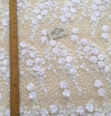 Balta 3D ziedu raksta izšuvums uz tilla auduma. Photo 5