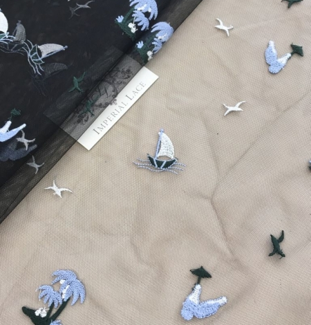 Zils un balts figūru izšuvums uz melna tilla auduma. Photo 4