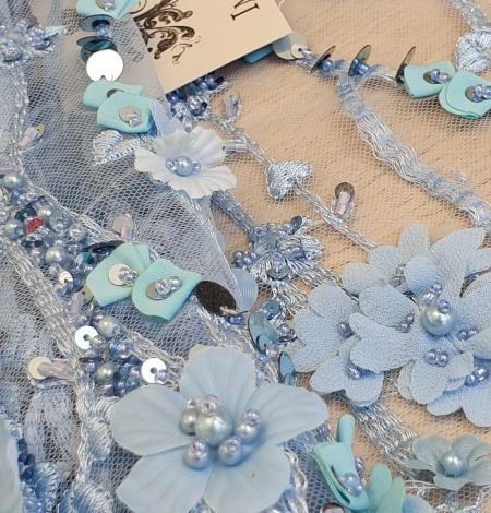 Zils 3D ziedu organisks raksts uz tilla auduma. Photo 3