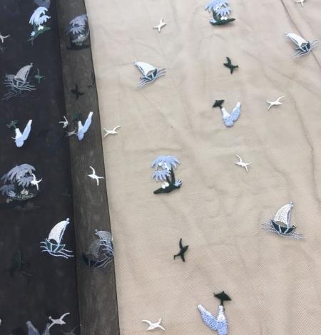 Zils un balts figūru izšuvums uz melna tilla auduma. Photo 7