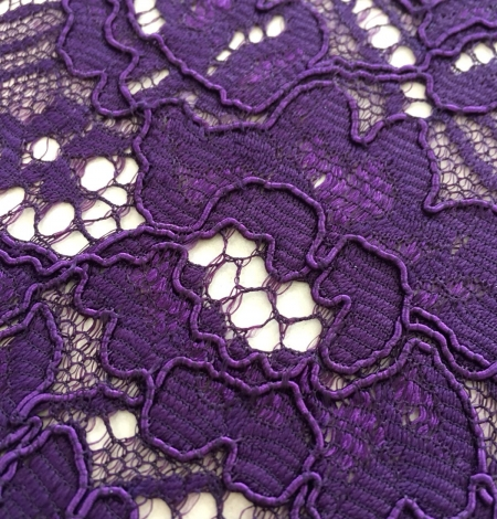 Violets ziedu raksta guipure mežģīņu audums. Photo 2