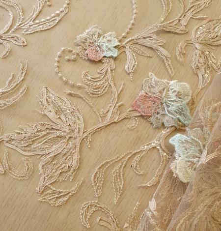 Daudzkrāsaini ziedu 3D izšuvumi uz bēša tilla auduma. Photo 2