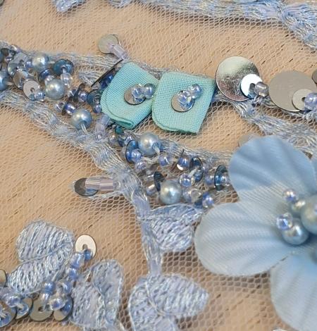 Zils 3D ziedu organisks raksts uz tilla auduma. Photo 4
