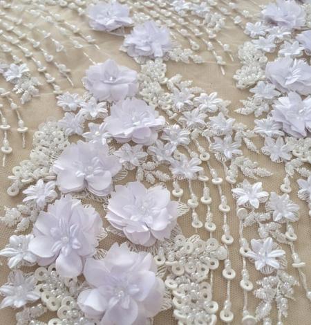 Balta 3D ziedu raksta izšuvums uz tilla auduma. Photo 3