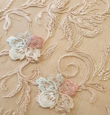 Daudzkrāsaini ziedu 3D izšuvumi uz bēša tilla auduma. Photo 4