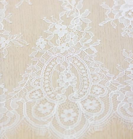 Piena balta ziedu raksta chantilly mežģīņu audums. Photo 5