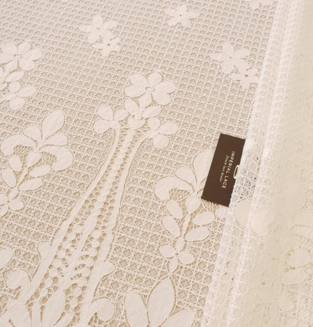 Ivory 100% polyester floral guipure lace fabric. Photo 1