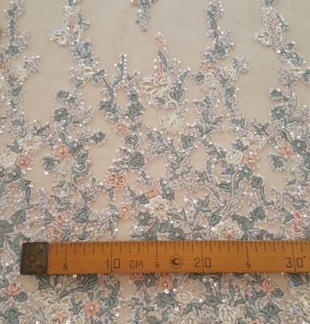 Daudzkrāsains izšuvums ar pērlīttēm un fliteriem uz tilla. Photo 9