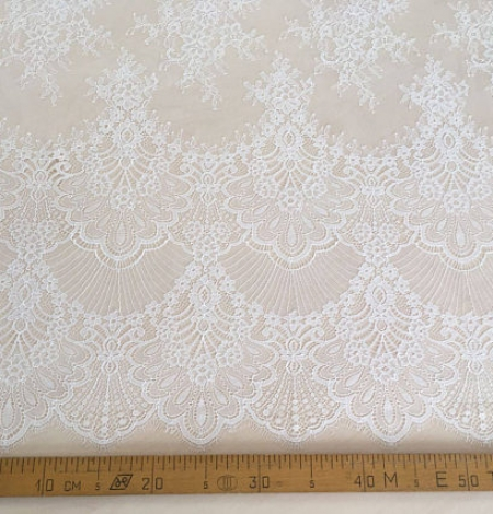 Off white chantilly lace fabric. Photo 4
