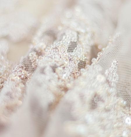 Miesas krāsas organisks izšuvums ar fliteriem uz tilla auduma. Photo 9