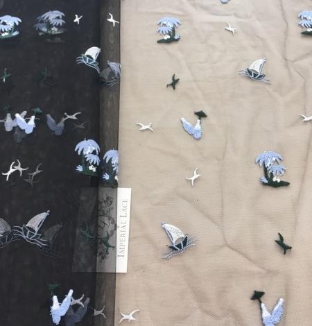 Zils un balts figūru izšuvums uz melna tilla auduma. Photo 1